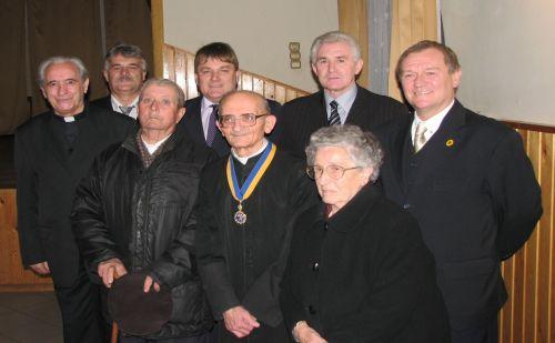 2009-ben díszpolgári címet vett át Újlengyelben
