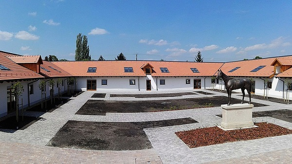 Megújult Kincsem egykori versenyistállója Gödön: közösségi, kulturális térként éled újjá