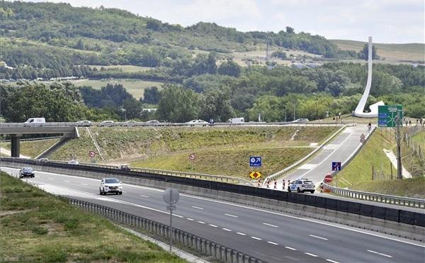Átadták a Mogyoród és Fót megközelítését szolgáló új M3 autópálya-csomópontot